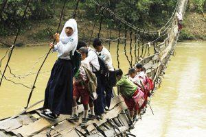 آنها از مسيرهاي سخت خودشان را به نيمکتهاي مدرسه ميرسانند